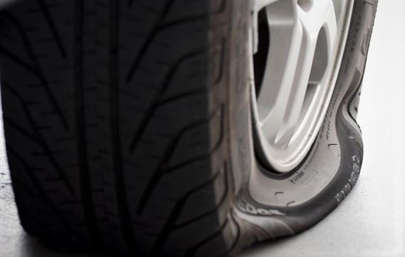 Crevaison de voiture : comment changer une roue crevée en toute sécurité ?